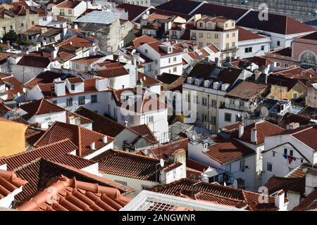 Vue sur les toits de Lisbonne du Miradouro de Santa Luzia, Alfama, Lisbonne, Portugal Banque D'Images
