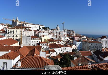 Vue sur le quartier Alfama de Lisbonne depuis le Miradouro de Santa Luzia, Alfama, Lisbonne, Portugal Banque D'Images