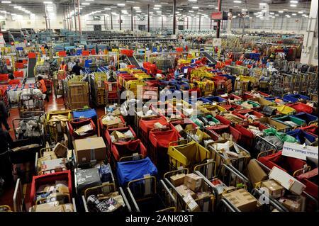Le bureau de tri de la poste à Gatwick la manipulation 6 millions de lettres par jour pendant la semaine avant Noël en 2008. Banque D'Images
