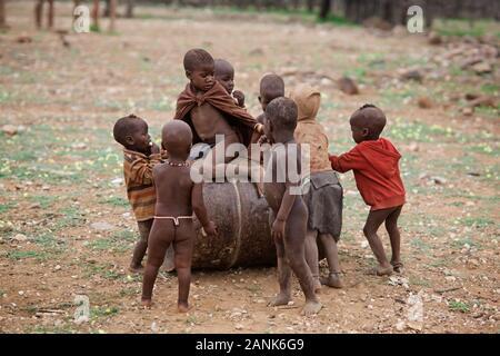 Les enfants qui jouent, Kaokoland Himbas, en Namibie