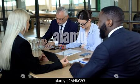 Les gestionnaires de l'entreprise Accord de discuter dans la salle de réunion, des conseils de négociation Banque D'Images