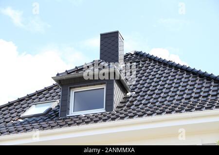 une fenêtre de dortoir sur un toit nouvellement couvert Banque D'Images