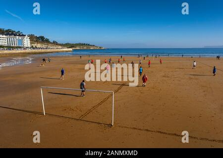 Jouer match de football à la plage de Sardinero, à Santander. La Cantabrie, au nord de l'Espagne. L'Europe Banque D'Images