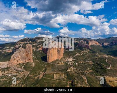 Vue aérienne de l'Mallos de Riglos, un ensemble de formations de roches conglomérées en Espagne Banque D'Images