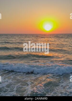 Magnifique coucher de soleil sur la mer Méditerranée à tel Aviv, Israël Banque D'Images