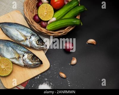 Le maquereau frais et d'ingrédients pour la cuisine. Les épices et les légumes sur tableau noir Top view with copy space Banque D'Images