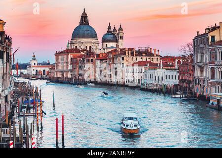 Cathédrale Santa Maria della Salute les touristes sur le Grand Canal en gondole de Venise le coucher du soleil, Italie