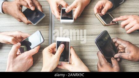 Groupe d'amis s'amuser ensemble avec les smartphones - Closeup of hands social networking avec mobile cellphones - Wifi connecté personnes creative off