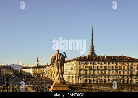 La ville de Turin avec place Vittorio Veneto, la haut de Mole Antonelliana et l'arrière de la statue de Vittorio Emanuele I, Piémont, Italie