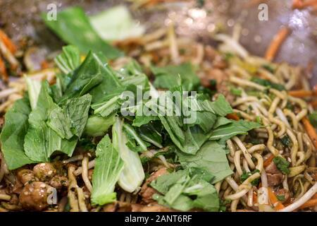 Chow mein au poulet un plat oriental populaires disponibles à restaurants chinois Banque D'Images