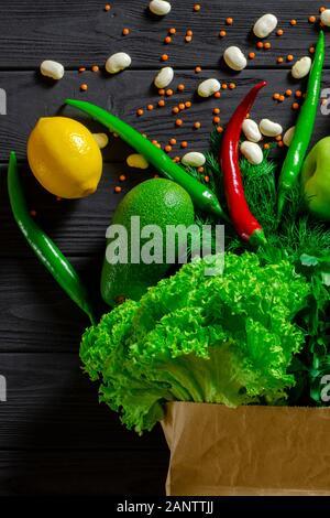 Sélection saine de nourriture propre : fruits, légumes, graines, supernourriture, céréales, légumes feuilles sur fond de béton gris Banque D'Images