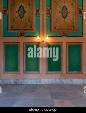 Belle sculpté élégant cadres verts sur mur orange avec des lanternes et des frontières sur sol carrelé en marbre blanc, dans l'ancien bâtiment abandonné Banque D'Images