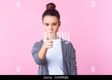 Hey you! Portrait of serious brunette woman bun hairstyle dans les tenues en montrant à la caméra avec déplut bossy expression, w Banque D'Images