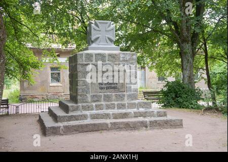 Monument à ceux qui sont morts pendant la première guerre mondiale, l'obélisque avec un arc et un oiseau, la Russie, la région de Kaliningrad, krasnozmenskiy centre-ville, Nema Banque D'Images