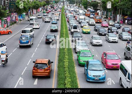 Bangkok, Thaïlande: Vue de dessus sur le trafic le long de Rama IV Road, près de Parc Lumpini, huit voies plein de voitures et camions colorés Banque D'Images