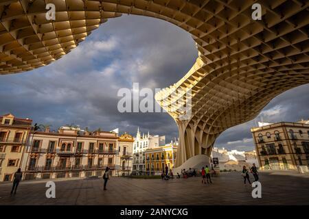 Séville, Espagne - Séville - Champignons en bois avec une structure sculpturale du musée archéologique, du passage sur le toit et vue