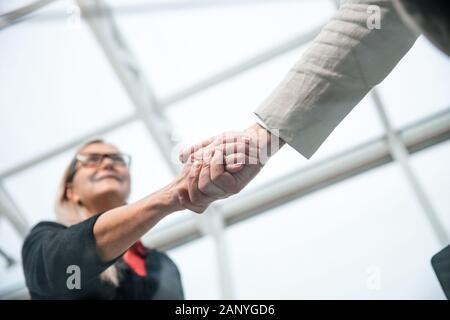 gros plan. les gens d'affaires confiants se serrent les uns avec les autres