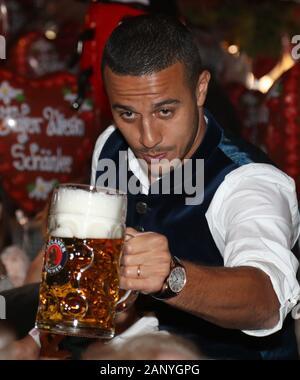 Thiago ALCANTARA (FCB) est une bière de levage. Football FC Bayern Munich, l'Oktoberfest traditionnelle visite à la Kaefer Schenke, le 6 octobre 2019 à Munich/Allemagne. Dans le monde d'utilisation  