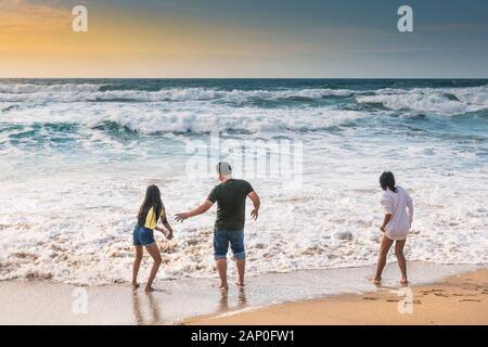 Les vacanciers s'amusant sur la plage de Fistral à Newquay en Cornouailles.
