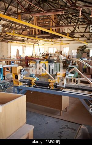 Tour industrielle sur le sol d'un grand atelier de menuiserie Banque D'Images