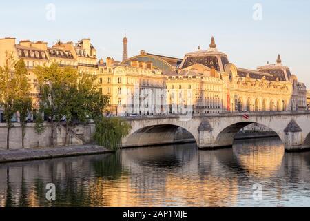 Tôt le matin, la lumière du soleil sur le musée d'Orsay et les bâtiments le long de la Seine à Paris, Ile-de-France, France Banque D'Images