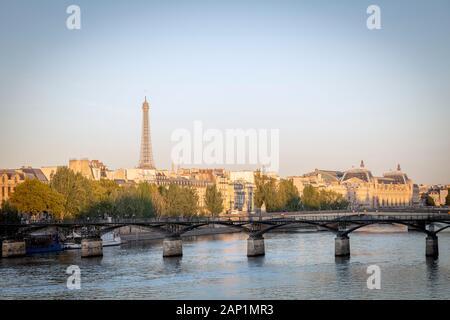 Lever du soleil sur la rivière Seine, Pont des arts et de la ville de Paris, Ile-de-France, France Banque D'Images