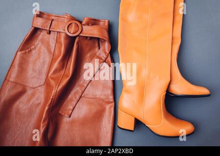 Jupe en cuir à la mode. Les vêtements féminins du printemps tenue. Vêtement élégant avec des bottes. Fashion Banque D'Images