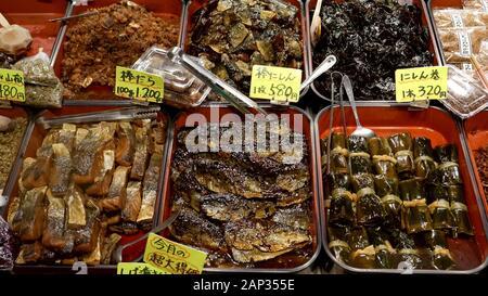 Poisson mariné à la vente au marché Nishiki à Kyoto Banque D'Images