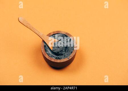 Accueil Soins de la peau. L'argile grise avec une cuillère de bois. Pharmacie moderne. Mise à plat de style. Banque D'Images