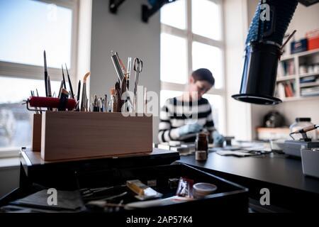Düsseldorf, Allemagne. 21 Jan, 2020. Les outils sont au premier plan dans une boîte alors que le restaurateur de la photographie Jessica Morhard examine une photo. La Düsseldorf City Centre de restauration travaille au nom de musées, d'archives et de l'exposition maisons et a été fondée en 1976 comme un institut culturel municipal. Credit: Fabian Strauch/dpa/Alamy Live News Banque D'Images