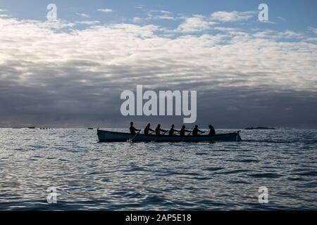 Un groupe de rameurs dans un concert pilote sur l'océan Atlantique Banque D'Images
