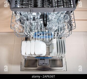 Lave-vaisselle ouvert avec des ustensiles propres. Banque D'Images