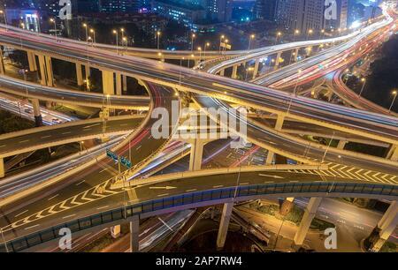 Ville de Shanghai trafic de ville d'intersection occupé se déplaçant la nuit