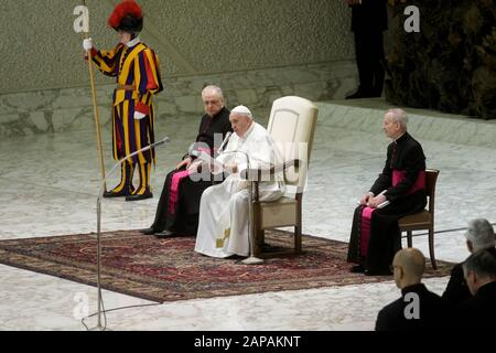 Le pape François assiste à l'audience générale hebdomadaire à la salle Paul VI de la Cité du Vatican.