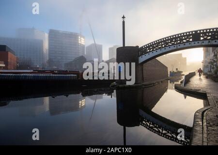 Misty matin d'hiver sur le bassin de Gas Street à Birmingham, West Midlands Angleterre Royaume-Uni Banque D'Images