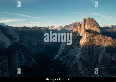 Dernière lumière de la journée dans la vallée de Yosemite. Magnifique coucher de soleil sur le Half Dome dans l'un des plus beaux parcs nationaux des États-Unis en Californie
