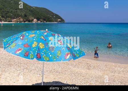 Famille de l'ethnicité africaine profitant de la plage à Lefkada, Grèce Banque D'Images