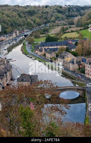 Vue aérienne de la ville historique de Dinan avec rivière Rance avec paysage nuageux spectaculaire, département des Côtes-d'Armor, Bretagne, nord-ouest de la France. Banque D'Images