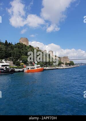 Vue sur Rumelihisari depuis le bateau fluvial, Istanbul, Turquie Banque D'Images