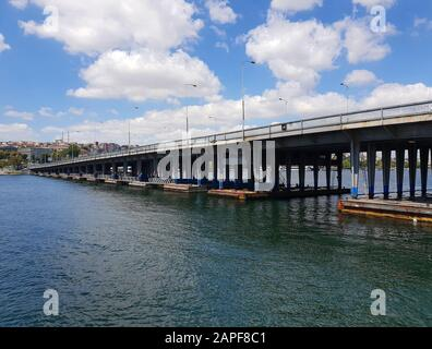 Vue sur un pont au-dessus du détroit du Bosphore depuis un bateau fluvial, Istanbul, Turquie Banque D'Images