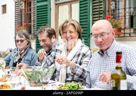 Couples Senior au déjeuner en famille en plein air, Florence, Italie Banque D'Images