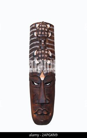 Masque en bois africain isolé sur fond blanc Banque D'Images