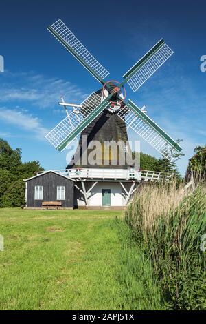 Galerie moulin à vent hollandais Seriemer Muehle près de la ville côtière Neuharlingersiel, côte de la mer du Nord, Frise orientale, Basse-Saxe, Allemagne Banque D'Images