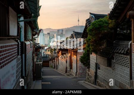 Architecture traditionnelle de style coréen au village de Bukchon Hanok avec la Tour N de Séoul en arrière-plan à Séoul, en Corée du Sud. Tourisme asiatique, bâtiment d'histoire Banque D'Images