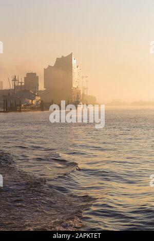 Allemagne, Hambourg, Silhouette de Elbphilonie vu à travers la rivière au lever du soleil