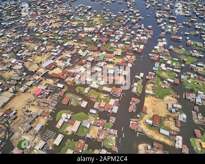 Bénin, Ganvie, vue aérienne du village de pêcheurs sur le lac Nokoue
