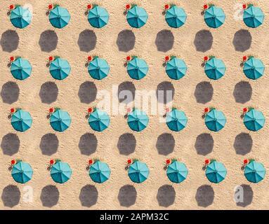 Vue aérienne sur les rangées de parasols de couleur turquoise Banque D'Images