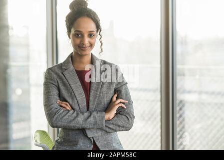 Portrait d'une jeune femme d'affaires confiante au bureau Banque D'Images