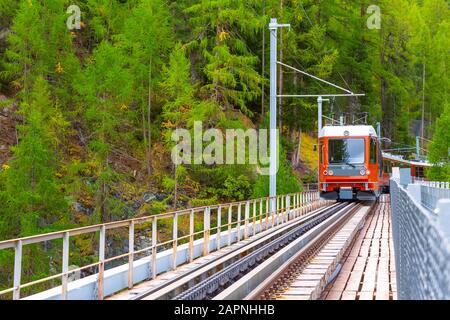 Zermatt, Suisse en arrivant en train touristique rouge Gornergrat, vue sur le pont des Alpes suisses Banque D'Images