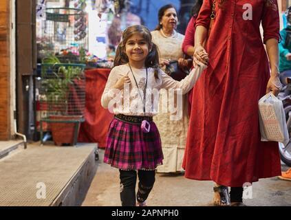 Shopping de mère et de fille au bazar Banque D'Images